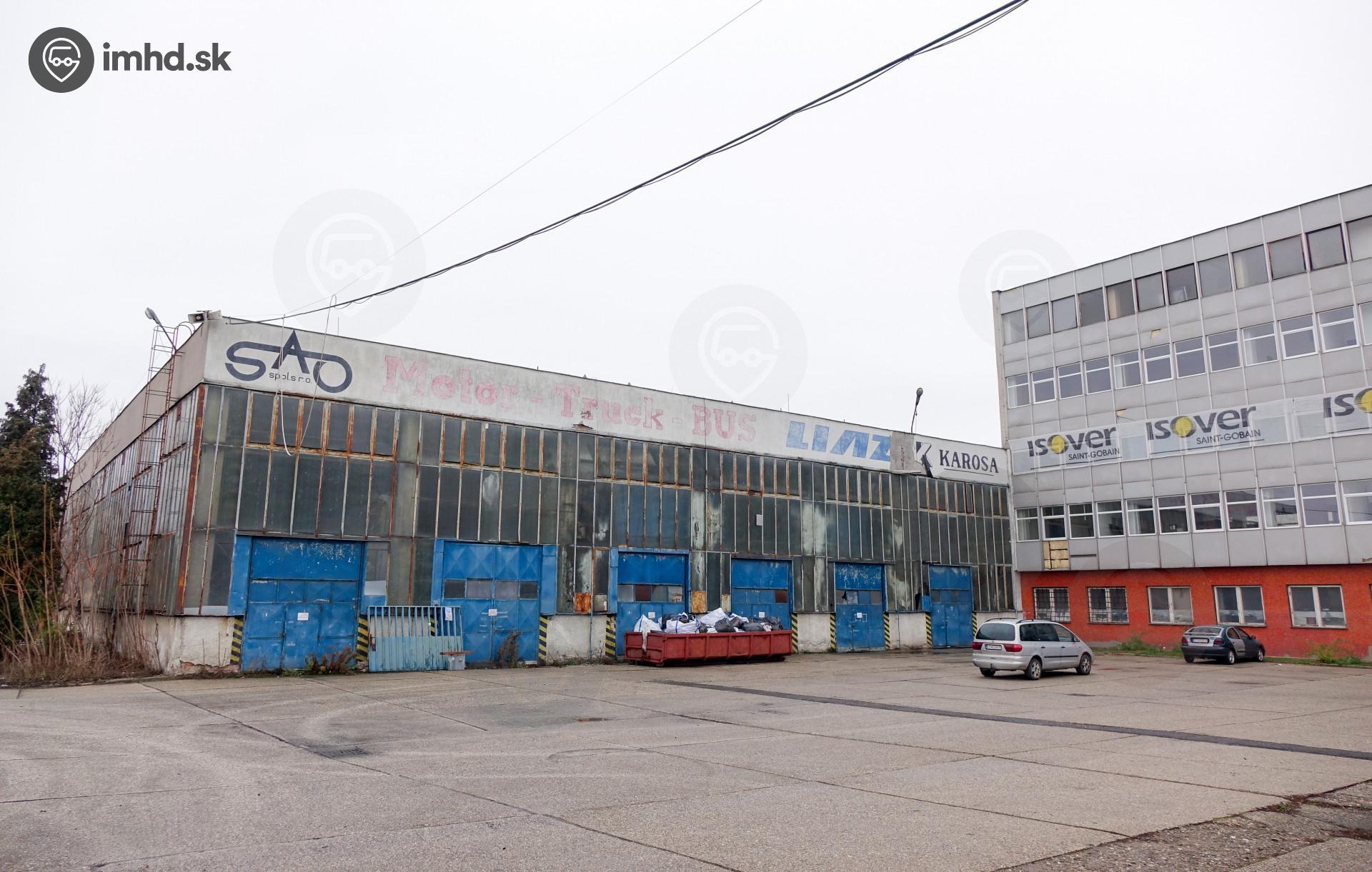 43022b321 Areál firmy S.A.O., kde sa vyrábali autobusy, aj v roku 2018 prezrádza svoj  pôvodný účel
